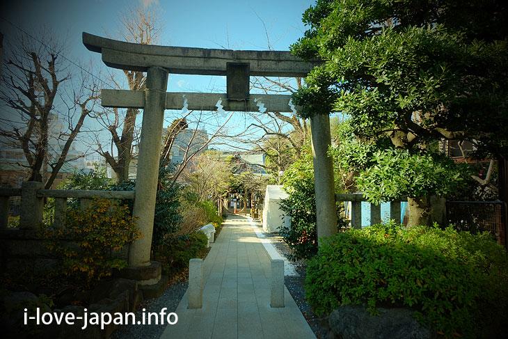 "First, Visit the main hall of ""Hatomori Hachiman Jinjya Shrine"""