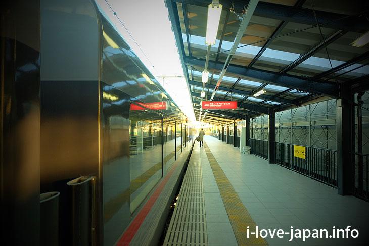 "1 hour 20 minutes to Ikebukuro by Seibu Railway ""Limited Express Red Arrow"""