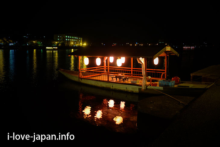"Hita specialties! ""Yakata boat"" floating in Mikumagawa river"