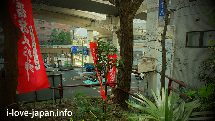 "The entrance to the climbing road of ""Meguro Fuji"" is next to the police box!"