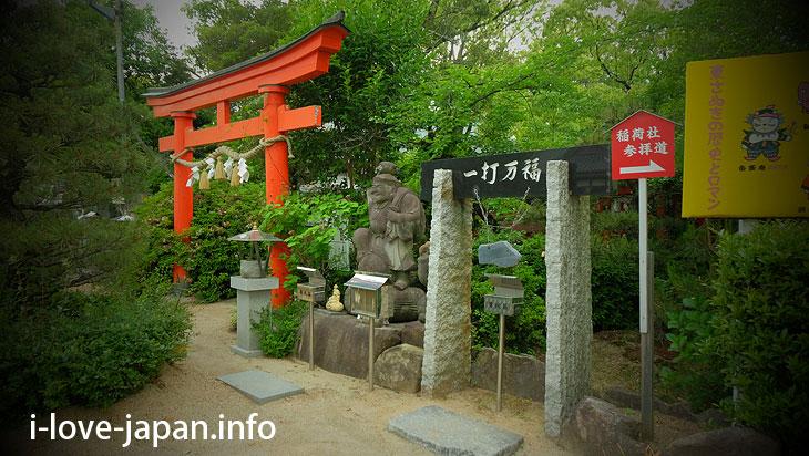 "There was a lot of Gods in ""Tamura Shrine"" between Takamatsu Airport and Takamatsu station(Kagawa)"