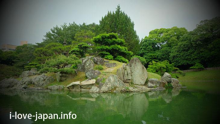Stone was skillfully used for island of South Lake@Ritsurin Garden (Takamatsu, Kagawa)